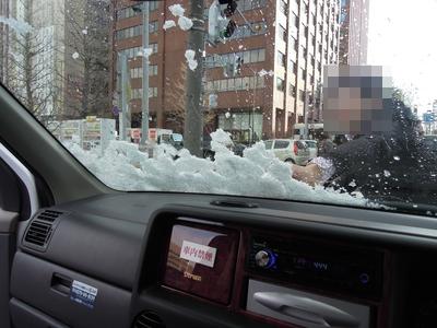 フロントガラスの雪を払う