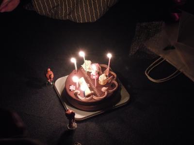 仁後真耶子さんの誕生日を祝うケーキ